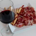Nazomeren en gewicht verliezen met dit dieet bestaande uit Spaanse ham en rode wijn