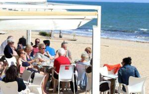 Ham, paella en een lekker koud biertje op een terras zijn de favorieten bij de toeristen