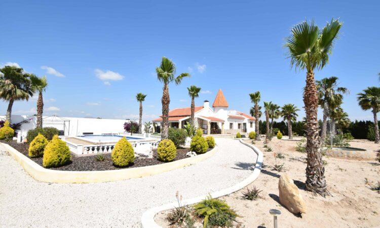 Resale Villa Te koop in Heredades in Spanje, gelegen aan de